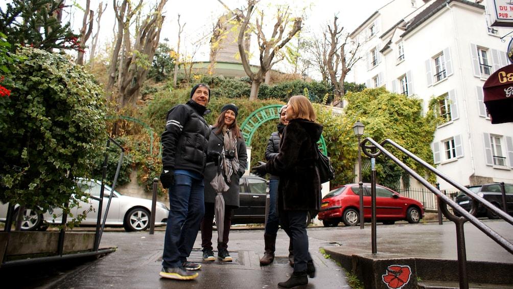 Apri foto 4 di 4. Couple with tour guide in Montmartre