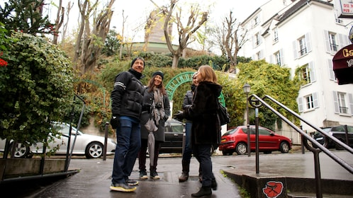 Couple with tour guide in Montmartre