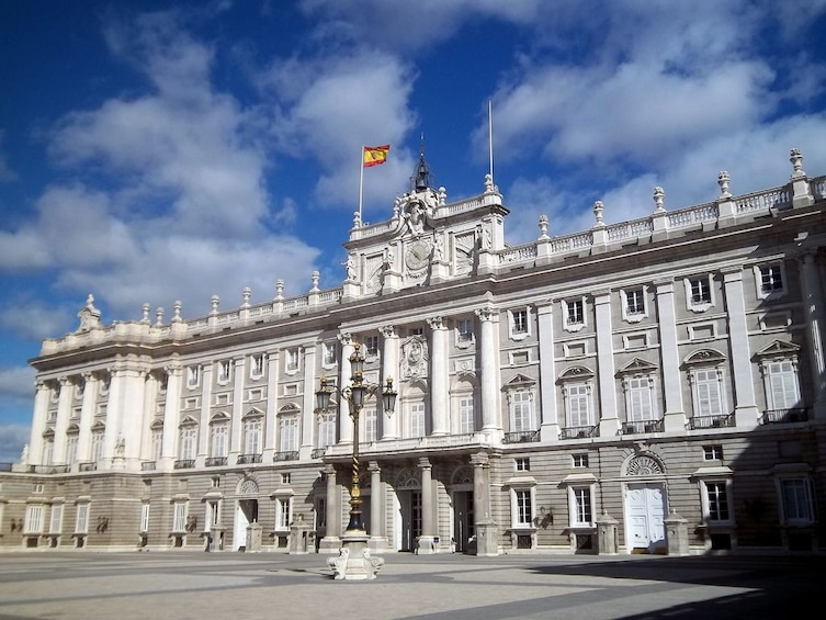 Foto 2 von 6 laden Madrid Highlights & Skip-the-Line Royal Palace guided Tour