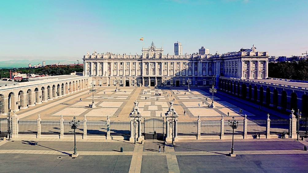 Foto 4 von 6 laden The Royal Palace of Madrid