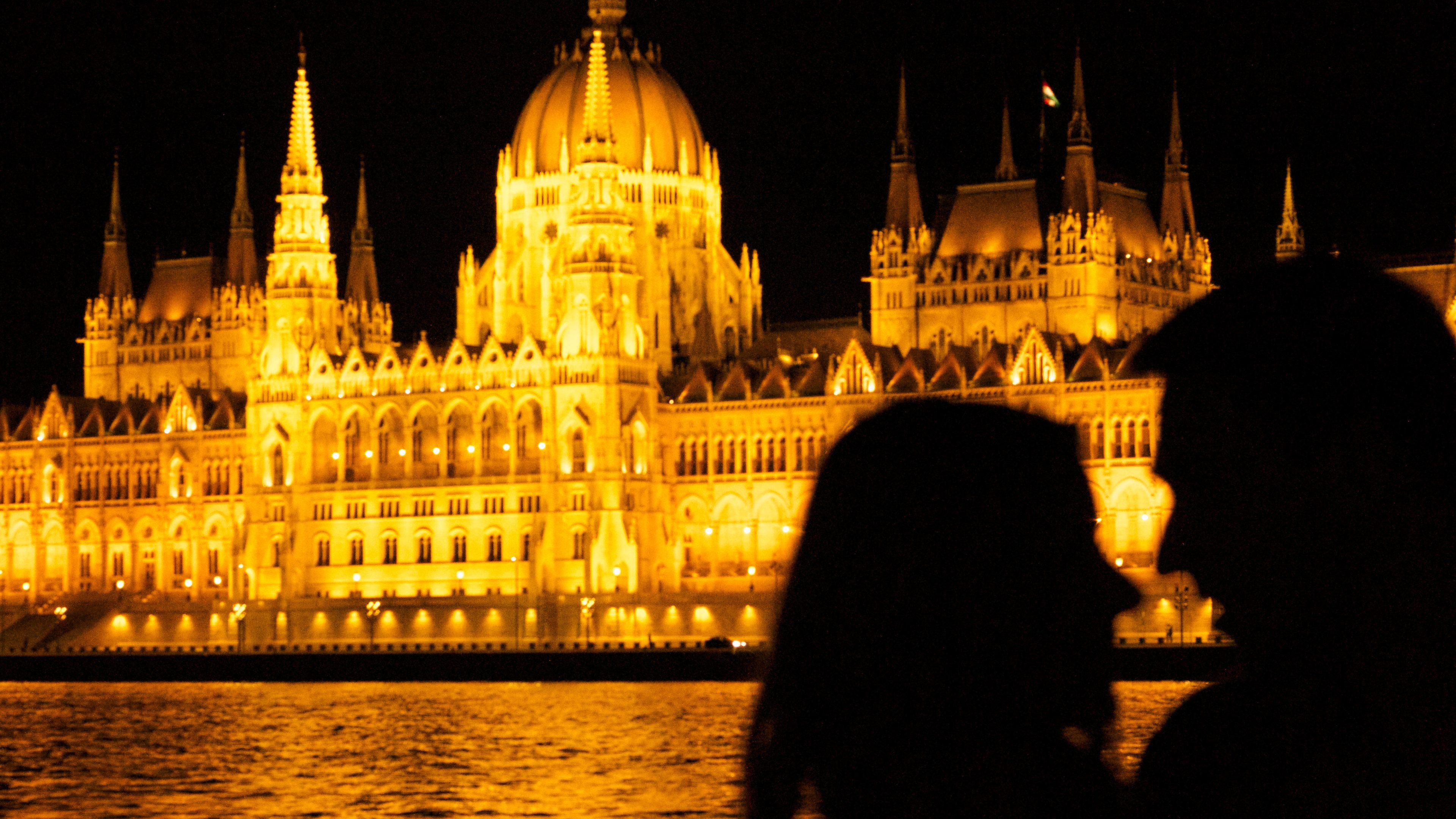 Privat massage i par på Gellért Spa och bad med middagskryssning på Donau