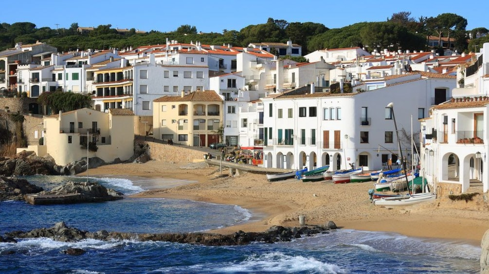 Charger l'élément 1 sur 4. Buildings along the coast in Costa Brava