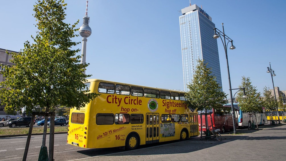 Apri foto 2 di 5. double decker bus parked on the side of the road in Berlin