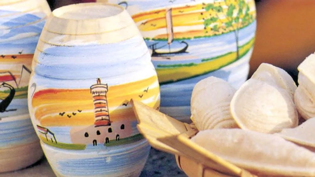 Charger l'élément 3 sur 5. wooden pottery at the market in Porto