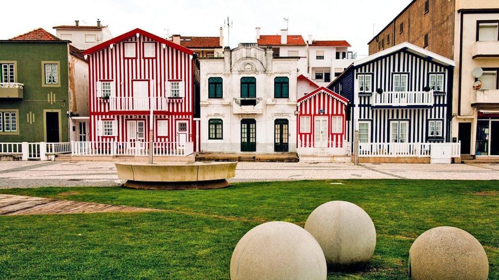Charger l'élément 4 sur 5. stripped houses in Porto
