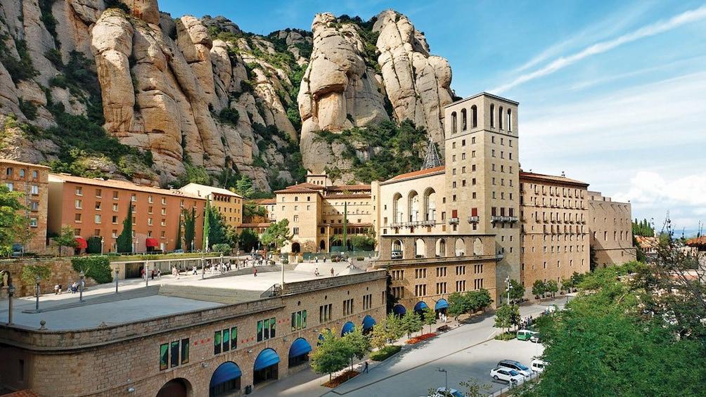 Charger l'élément 2 sur 5. visitors exploring the Santa Maria de Montserrat Abbey in Barcelona