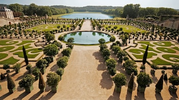 Small-Group Palace of Versailles Half-Day Guided Tour with Hotel Pick-up
