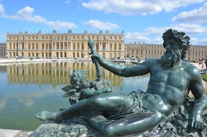 Small-Group Palace of Versailles Half-Day Guided Tour with Hotel Pickup