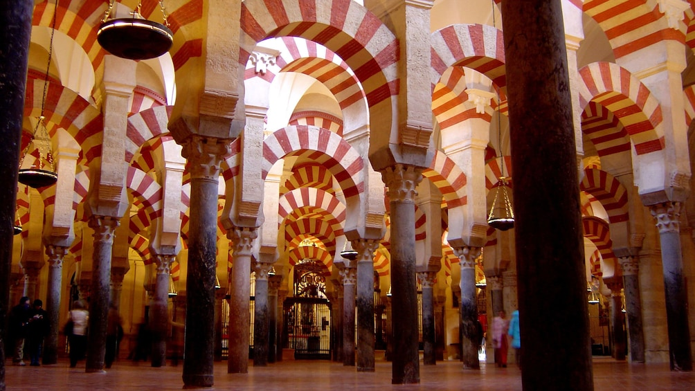 Cargar foto 5 de 7. Columns inside a cathedral in Cordoba