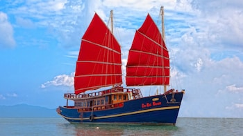 Bootsfahrt im Sonnenuntergang auf einer traditionellen Dschunke