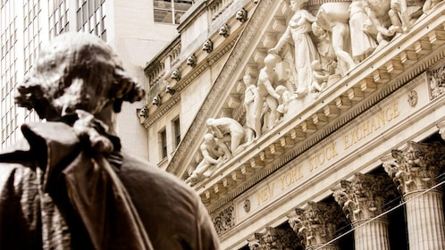 Statue of George Washington in front of Wall Street