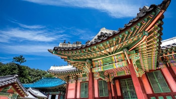 Architecture & History Tour with Traditional Hanbok Wearing