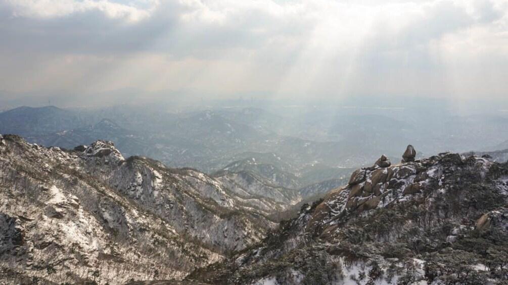 正在顯示第 3 張相片,共 5 張。 Close up view of mountains with sun rays.