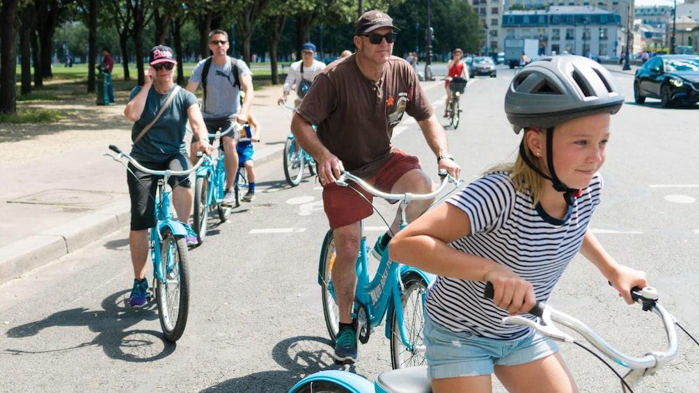 Charger l'élément 1 sur 10. Best of Paris Bike Tour : from Notre-Dame to Champs-Élysées