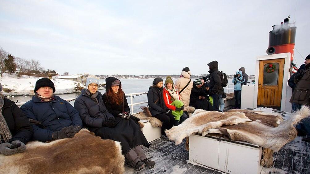 Foto 2 von 10 laden People bundled up on winter cruise in Stockholm