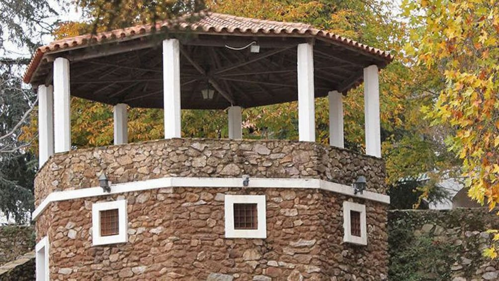 Ver elemento 3 de 8. stone building with white trim