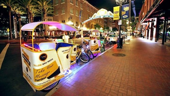 Customized Romantic Evening Pedicab Tour
