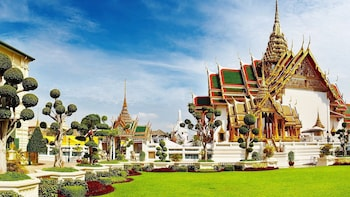 Grand Palace & Emerald Buddha Half-Day Tour