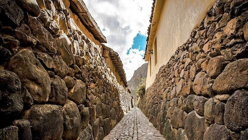 walking through the stone alleyway in Lima