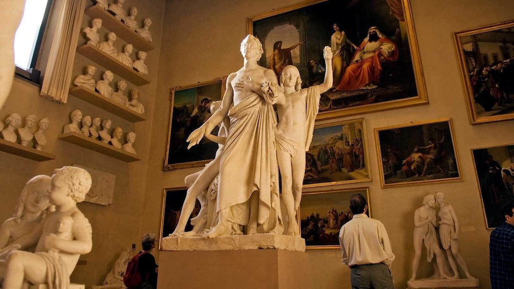 Lataa valokuva 3 kautta 7. marble sculptures surrounded by paintings in Florence