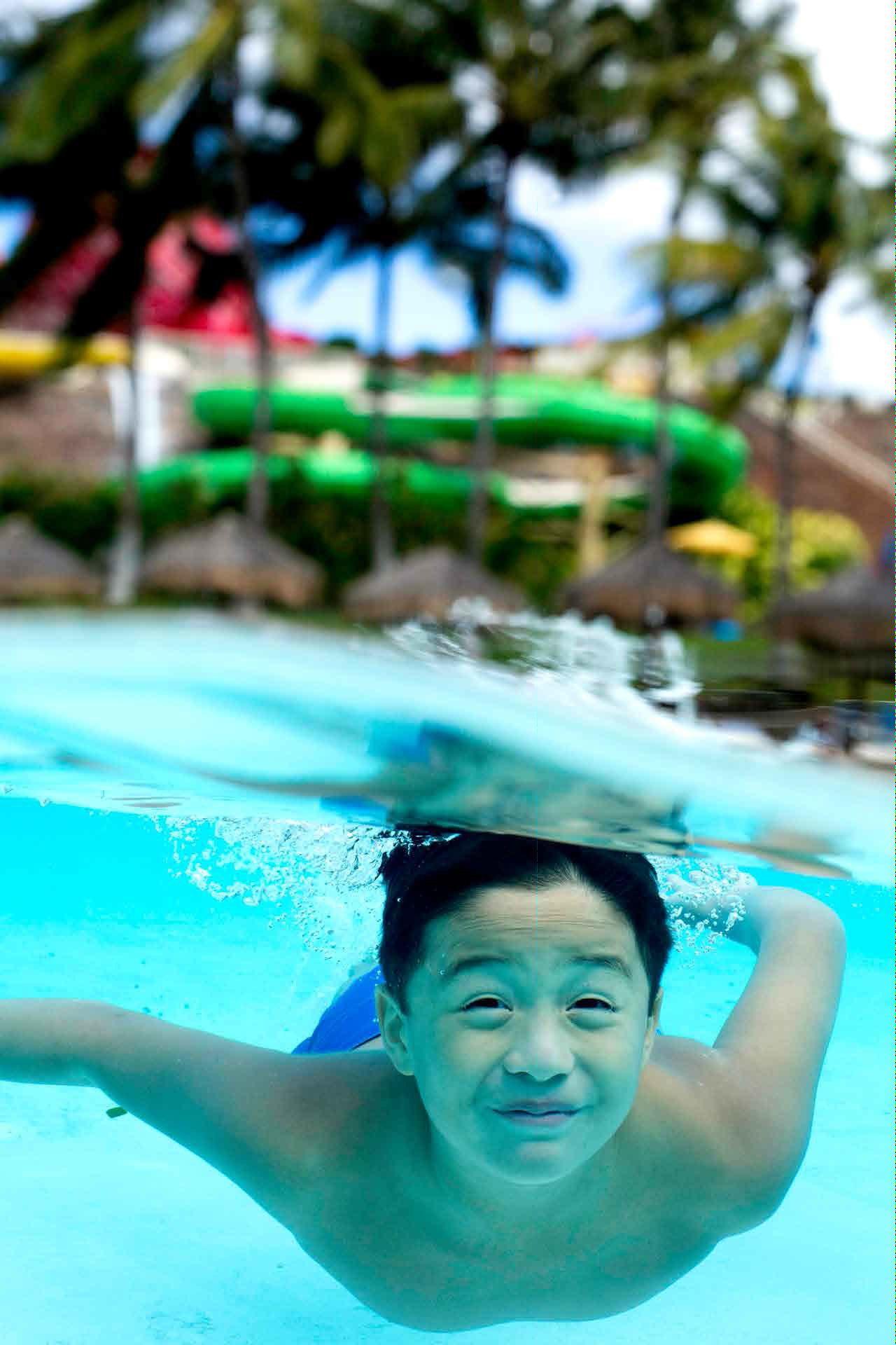 Wavepool---Underwater-boy.jpg