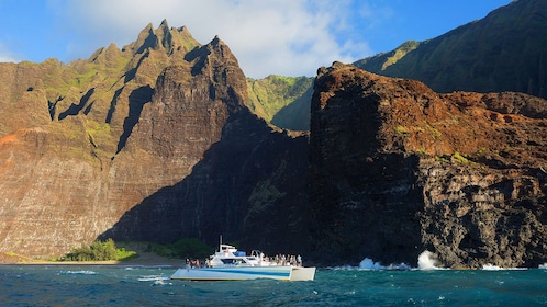 Cruise along coast of Hawaii