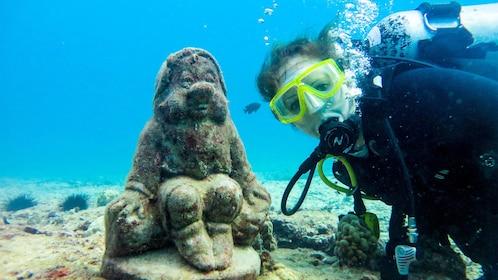Scuba dive to discover the secrets of Oahu's marine ecosystem