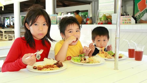 Kids eating lunch on the Mañagaha Island day tour