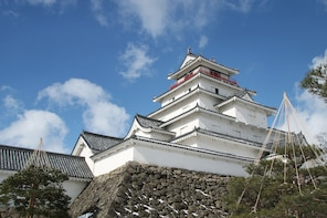 Visit Tsuruga Castle in Kimono &tea experience at Nisshinkan