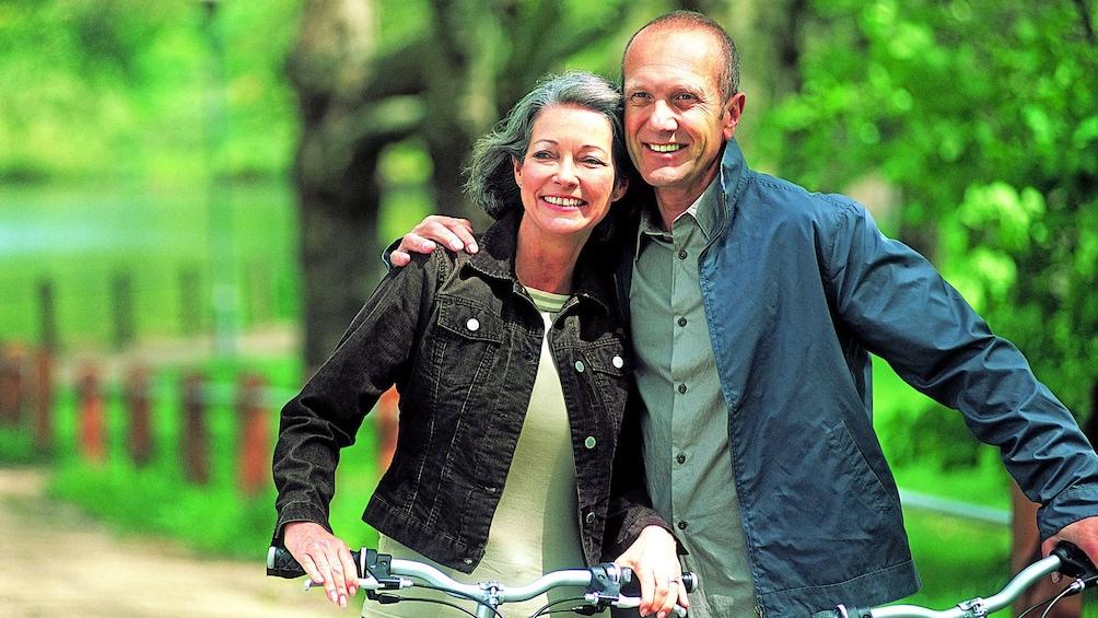 Charger l'élément 2 sur 5. Couple enjoying a bike tour of Montreal, QC, CAN