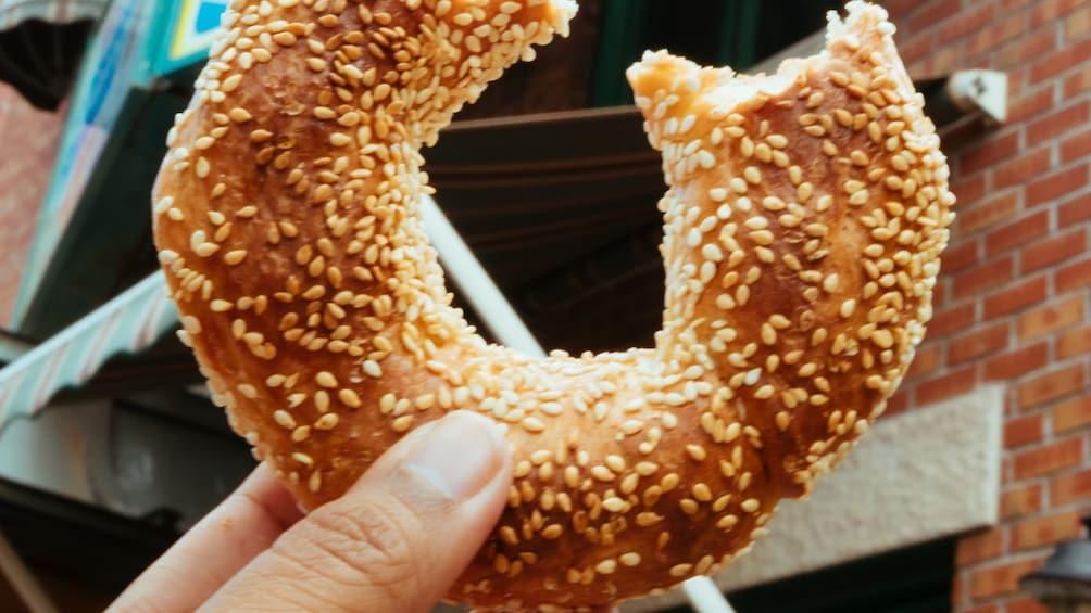 Apri foto 3 di 5. close up of a bagel