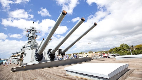 guns on the deck of the destroyer in Hawaii