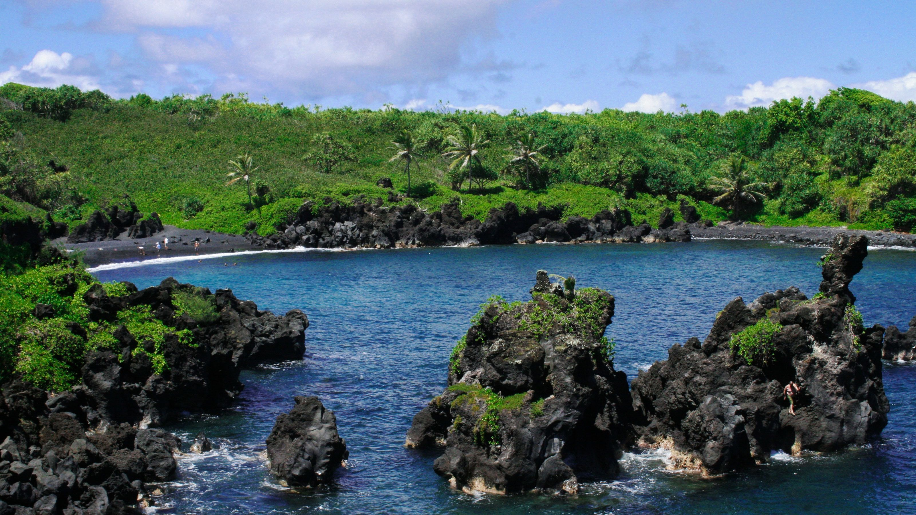 Water with jagged rocks in the Hana Adventure in Maui