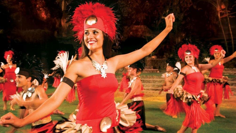正在顯示第 2 張相片,共 8 張。 Luau performers in Red outfits