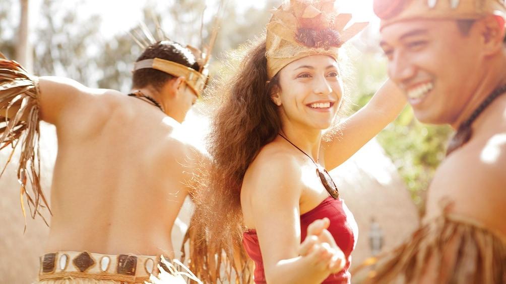 正在顯示第 8 張相片,共 8 張。 Luau dancers in the sun