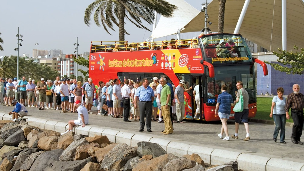 Indlæs billede 5 af 5. long line to board the red double decked bus in Gran Canaria