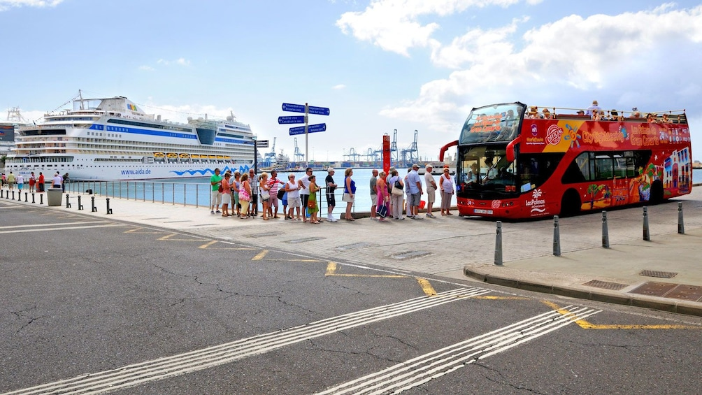 Indlæs billede 2 af 5. boarding a red double decked bus near the bay in Gran Canaria