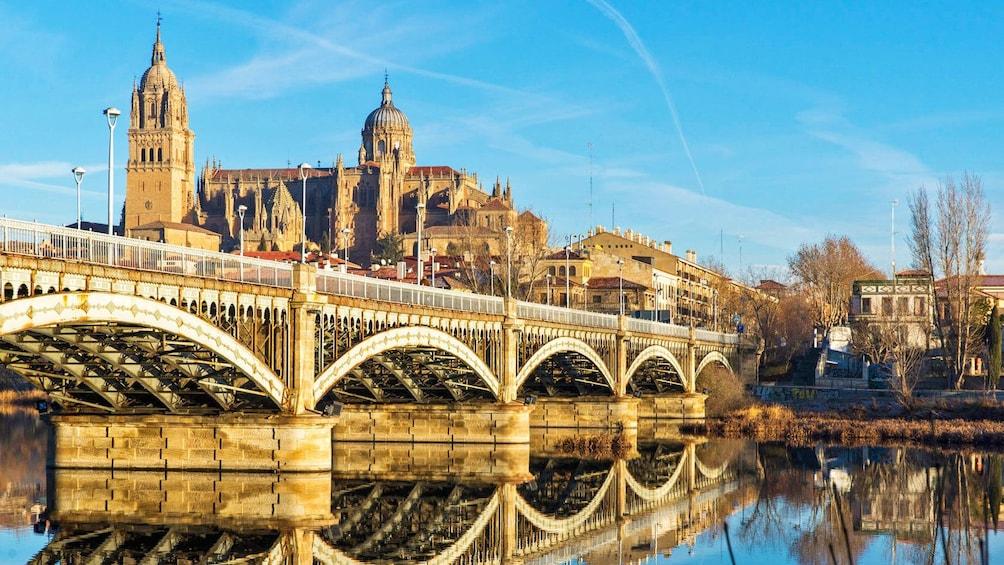 Foto 5 von 10 laden crossing an old structural bridge in Spain