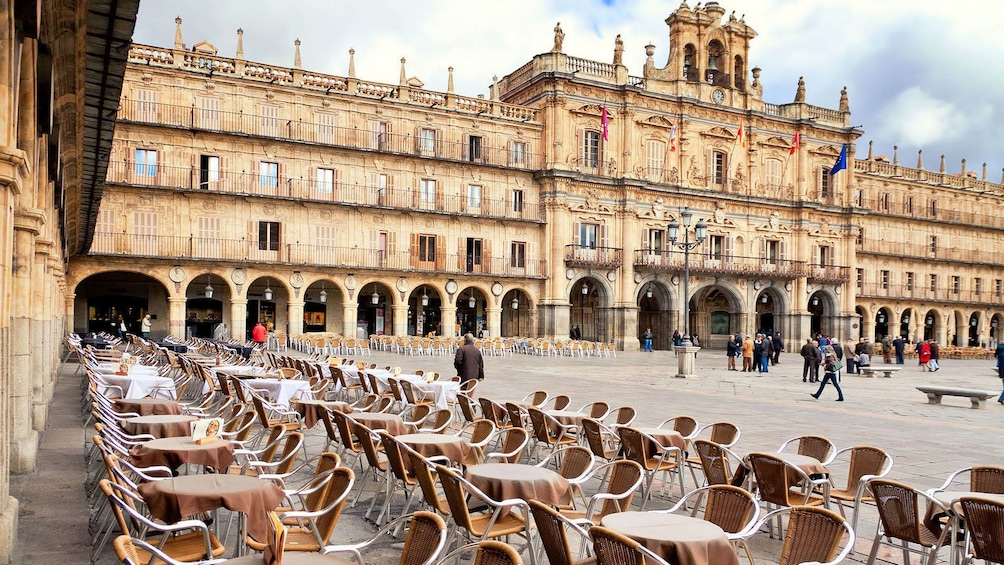 Foto 4 von 10 laden seating and tables outside the city hall in Spain
