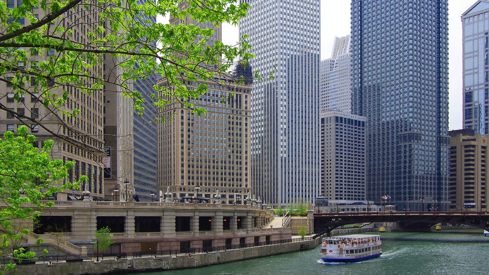boat full of passengers exploring the water channel in Chicago