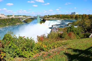 Niagara Falls from Both Sides Full Day Tour Plus Lunch