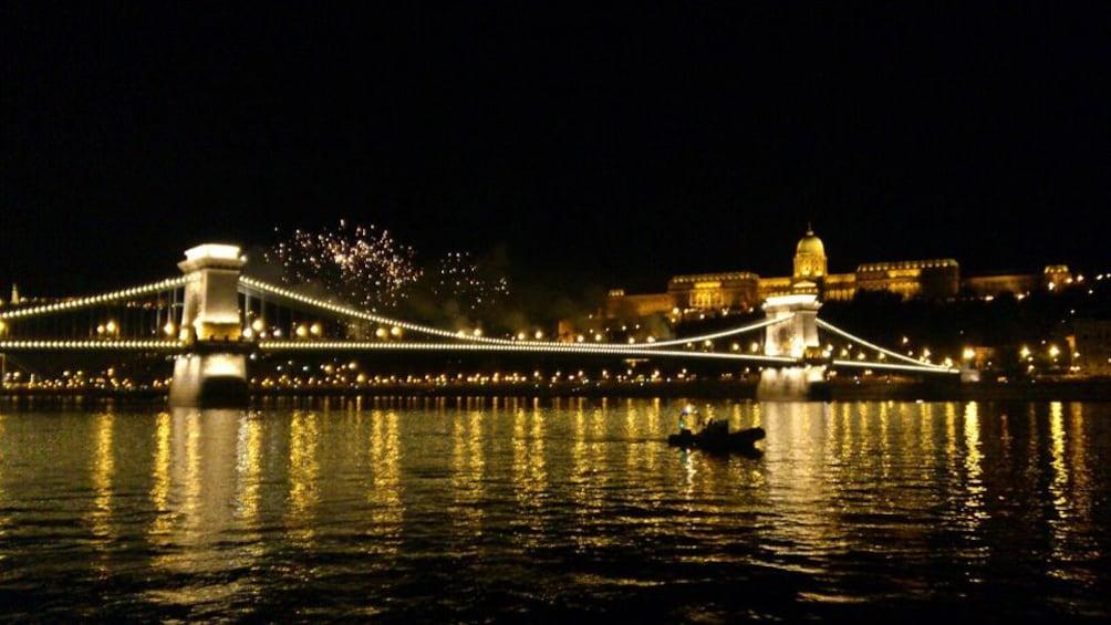 Foto 2 von 6 laden An illuminated bridge in Budapest at night
