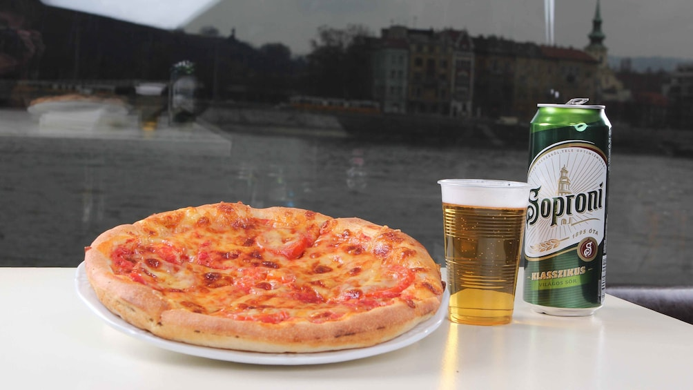 Foto 2 von 5 laden Pizza and beer on a boat in Budapest