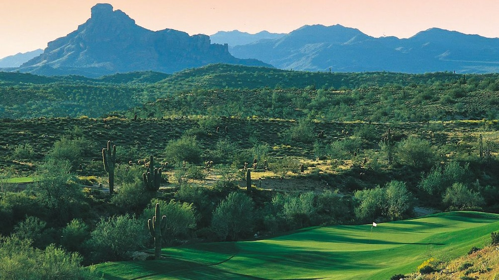 Charger l'élément 3 sur 4. Beautiful landscape view of golf course with mountains in the distance.