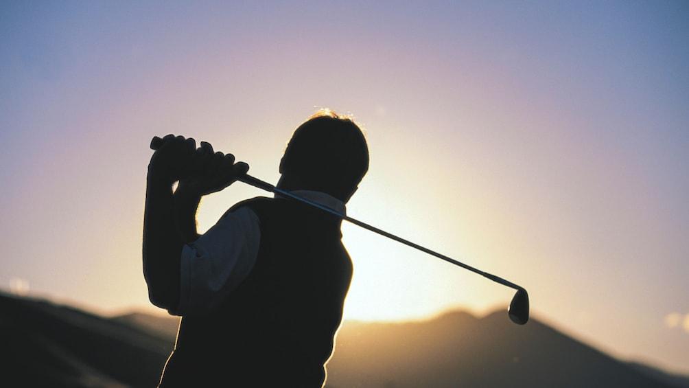Charger l'élément 5 sur 5. Silhouette of golfer at sunset.