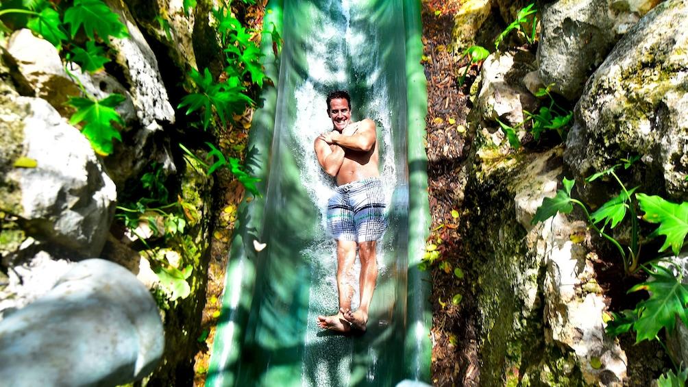 Lataa valokuva 4 kautta 10. Man goes down a water slide