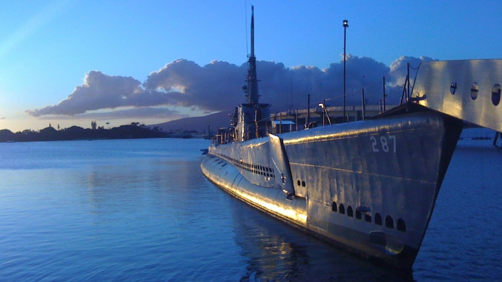 Foto 2 von 9 laden USS Bowfin docked in the peaceful waters of Pearl Harbor, Oahu