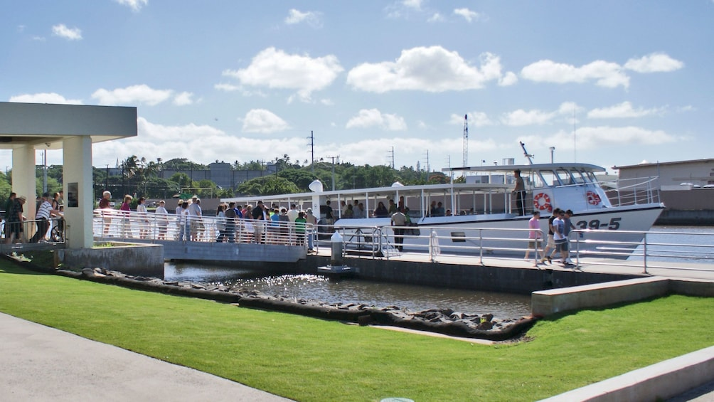 Foto 3 von 9 laden Ferry boat at the Pearl Harbor Visitor Center where tourists board en route to the USS Arizona Memorial