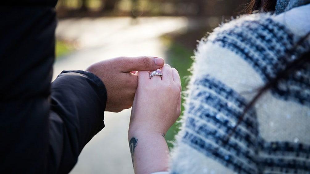 Indlæs billede 2 af 5. Couple holding hands in a park in Coppenhagen