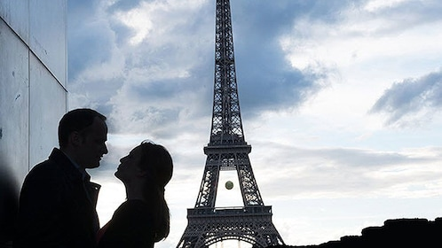 couple kissing infront of the eiffel tower in Paris